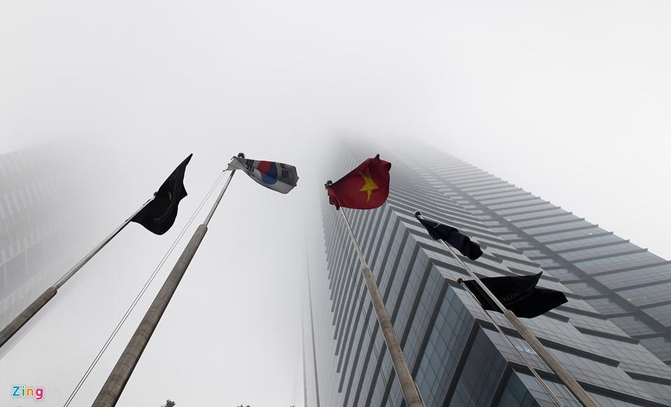 Các tòa nhà mất nóc trong sương mù dày đặc bao phủ Hà Nội-5