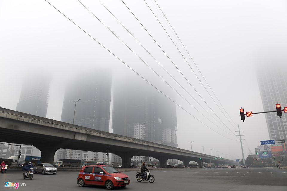 Các tòa nhà mất nóc trong sương mù dày đặc bao phủ Hà Nội-7