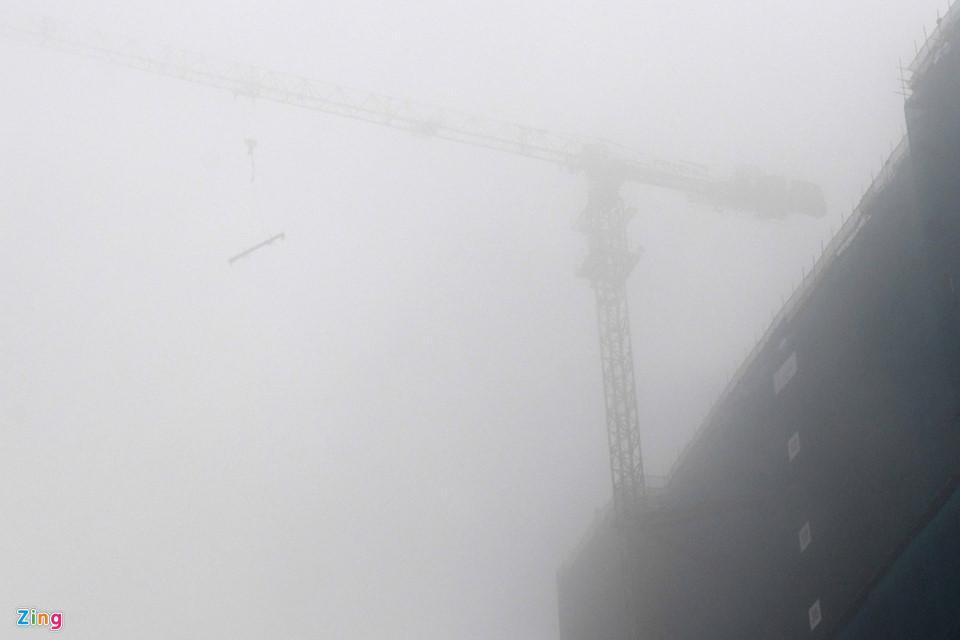 Các tòa nhà mất nóc trong sương mù dày đặc bao phủ Hà Nội-8