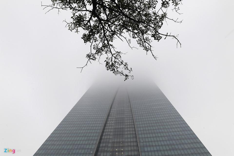 Các tòa nhà mất nóc trong sương mù dày đặc bao phủ Hà Nội-9