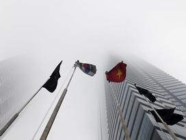 Các tòa nhà 'mất nóc' trong sương mù dày đặc bao phủ Hà Nội