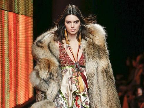 Kendall Jenner bị phản đối gay gắt vì diện áo khoác lông thú trên sàn diễn