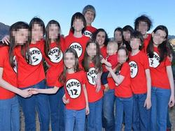 Tội ác của cặp bố mẹ xích giam 13 đứa con trong nhà chỉ thả ra vào ban đêm để cho đi kiếm ăn
