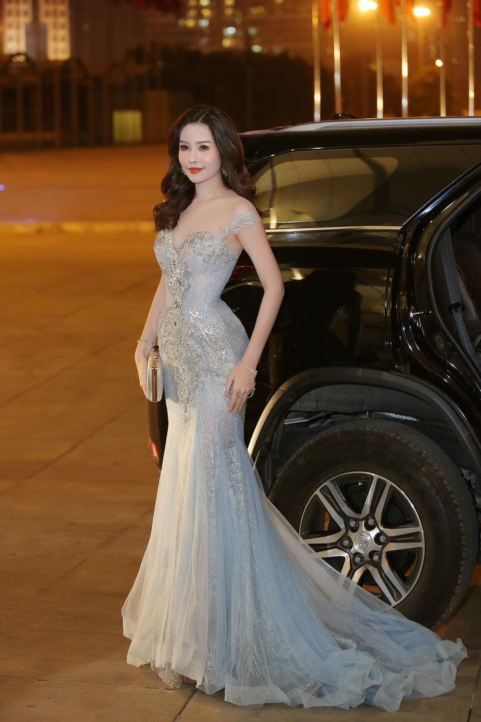 Hoàng Thùy chẳng ngán khi đụng độ váy áo với Hoa hậu Đại Dương Lê Âu Ngân Anh-3