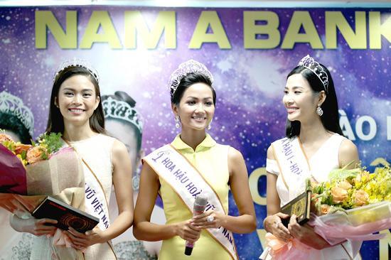Tân hoa hậu H'Hen Niê tham quan hội sở Nam A Bank-2
