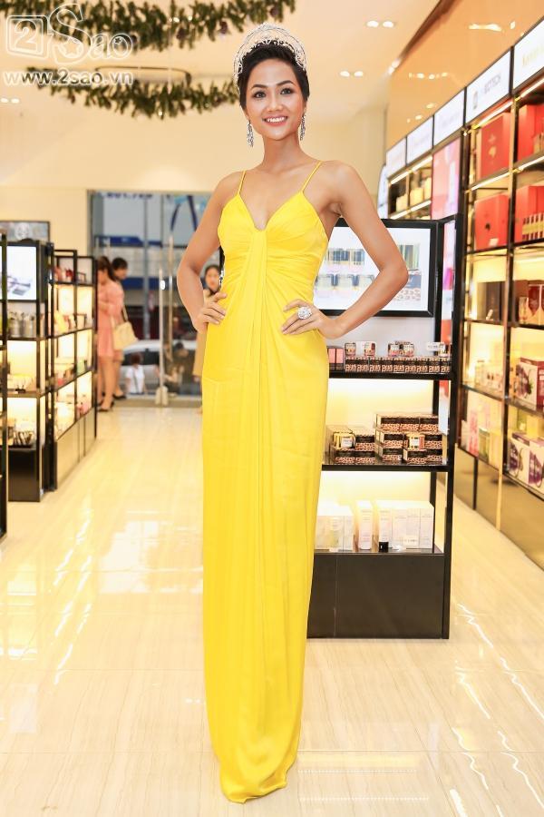 Hoa hậu H'Hen Niê khoe làn da nâu bóng khỏe