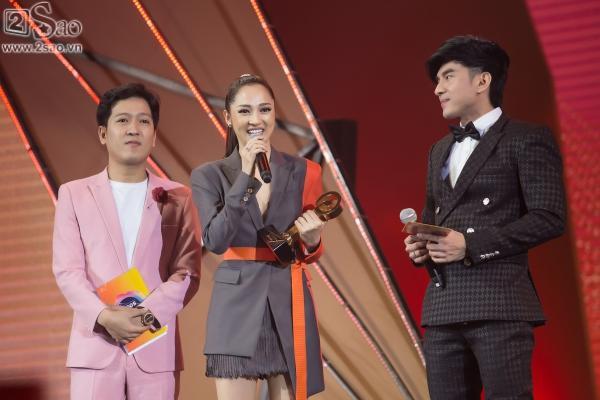 Bảo Anh diện váy đổi màu, mang trang sức tiền tỉ nhận giải MV của năm-1