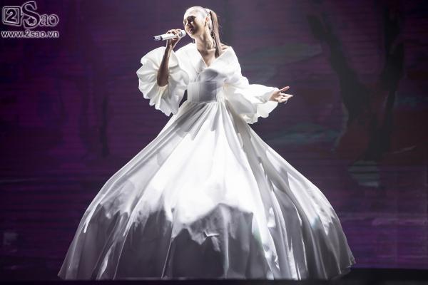 Bảo Anh diện váy đổi màu, mang trang sức tiền tỉ nhận giải MV của năm-2