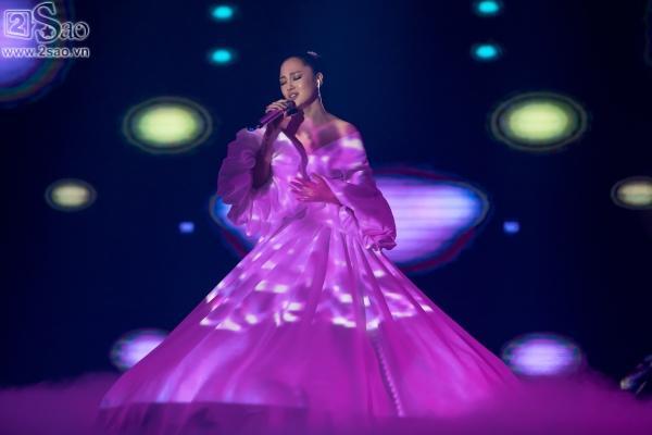 Bảo Anh diện váy đổi màu, mang trang sức tiền tỉ nhận giải MV của năm-3
