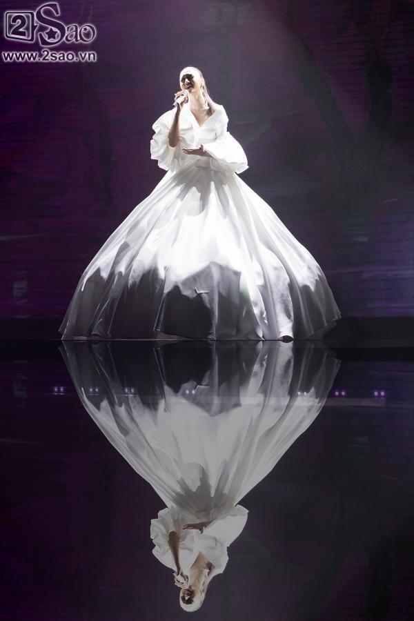 Bảo Anh diện váy đổi màu, mang trang sức tiền tỉ nhận giải MV của năm-4