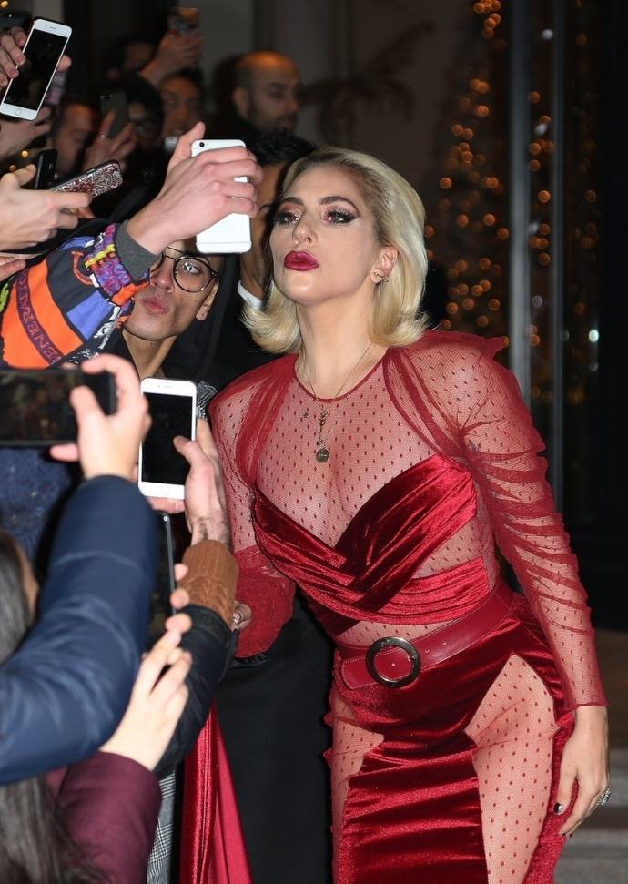 Lady Gaga diện đầm cắt xẻ táo bạo có như không gây náo loạn trên phố-3
