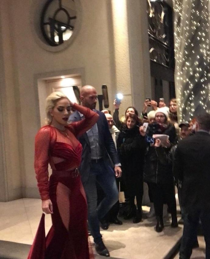 Lady Gaga diện đầm cắt xẻ táo bạo có như không gây náo loạn trên phố-7