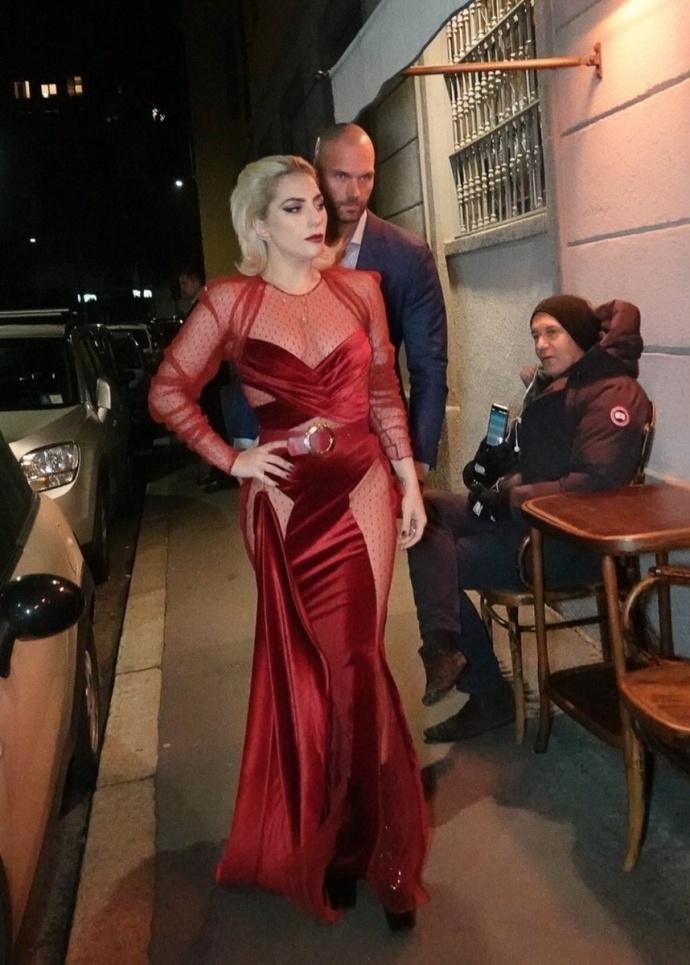 Lady Gaga diện đầm cắt xẻ táo bạo có như không gây náo loạn trên phố-1