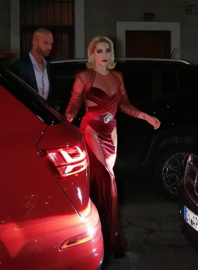Lady Gaga diện đầm cắt xẻ táo bạo có như không gây náo loạn trên phố-6
