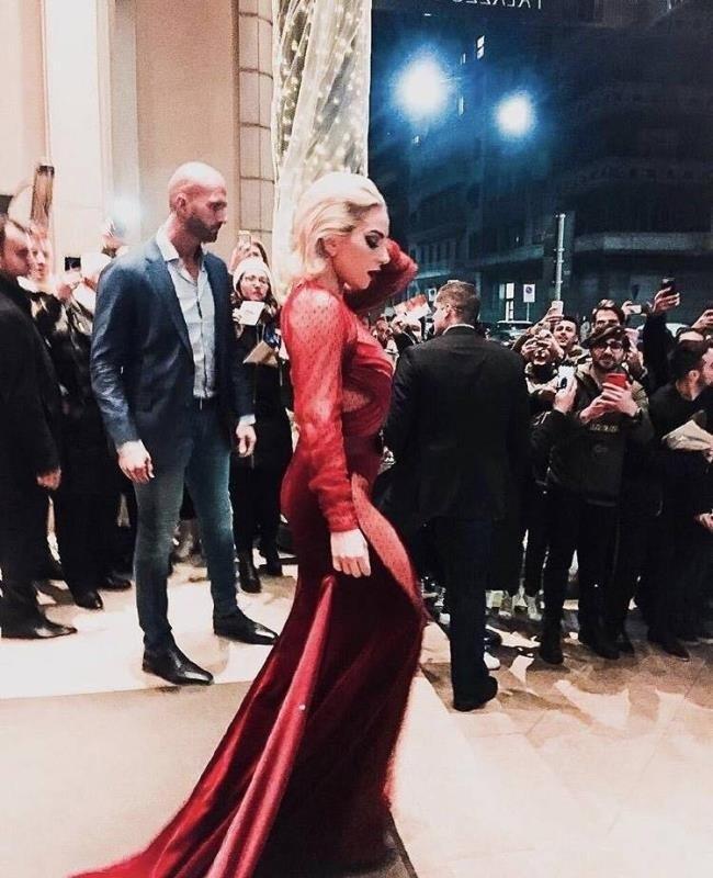 Lady Gaga diện đầm cắt xẻ táo bạo có như không gây náo loạn trên phố-4