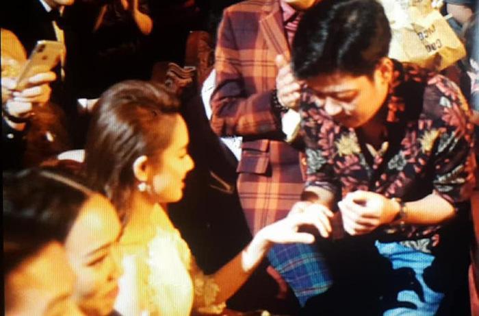 Trường Giang gây shock khi cầu hôn Nhã Phương ngay tại Lễ trao giải Mai Vàng-3