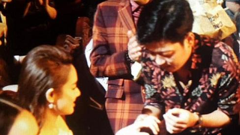 Trường Giang gây shock khi cầu hôn Nhã Phương ngay tại Lễ trao giải Mai Vàng