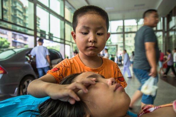 Rơi nước mắt trước hình ảnh bé trai 7 tuổi một mình đưa chị gái vào viện-2