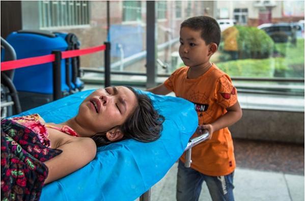 Rơi nước mắt trước hình ảnh bé trai 7 tuổi một mình đưa chị gái vào viện-3