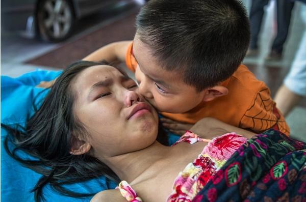 Rơi nước mắt trước hình ảnh bé trai 7 tuổi một mình đưa chị gái vào viện-1