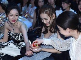 Hình ảnh HOT nhất mạng xã hội hôm nay: Dương Mịch xin kẹo chia cho Ngô Diệc Phàm