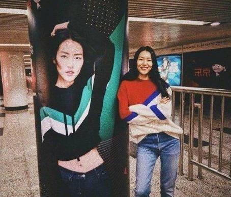 Phản ứng hài hước và dễ thương của loạt sao Hoa ngữ khi thấy poster của chính mình-7