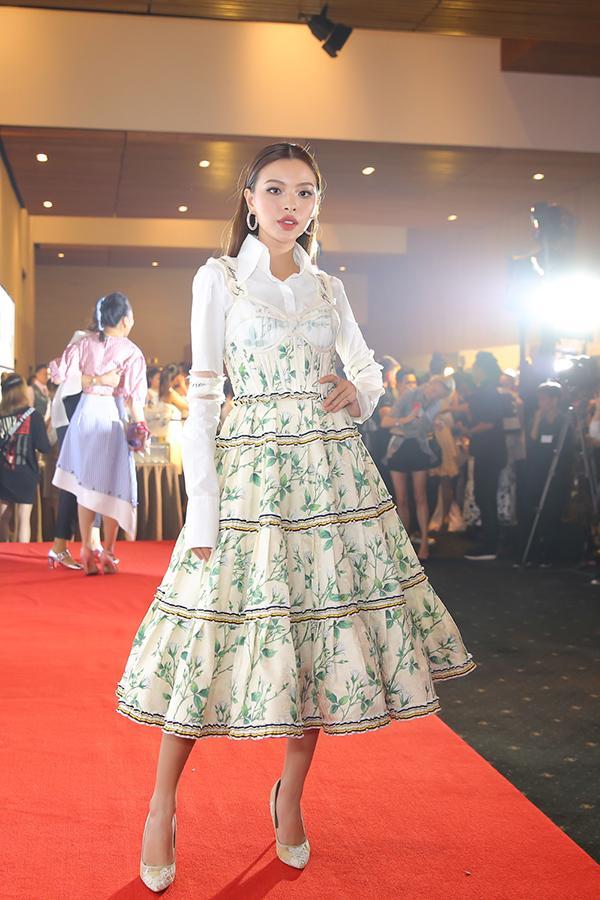 Đến cả nữ hoàng thảm đỏ Angela Phương Trinh cũng đụng hàng với Tú Hảo rồi!-2
