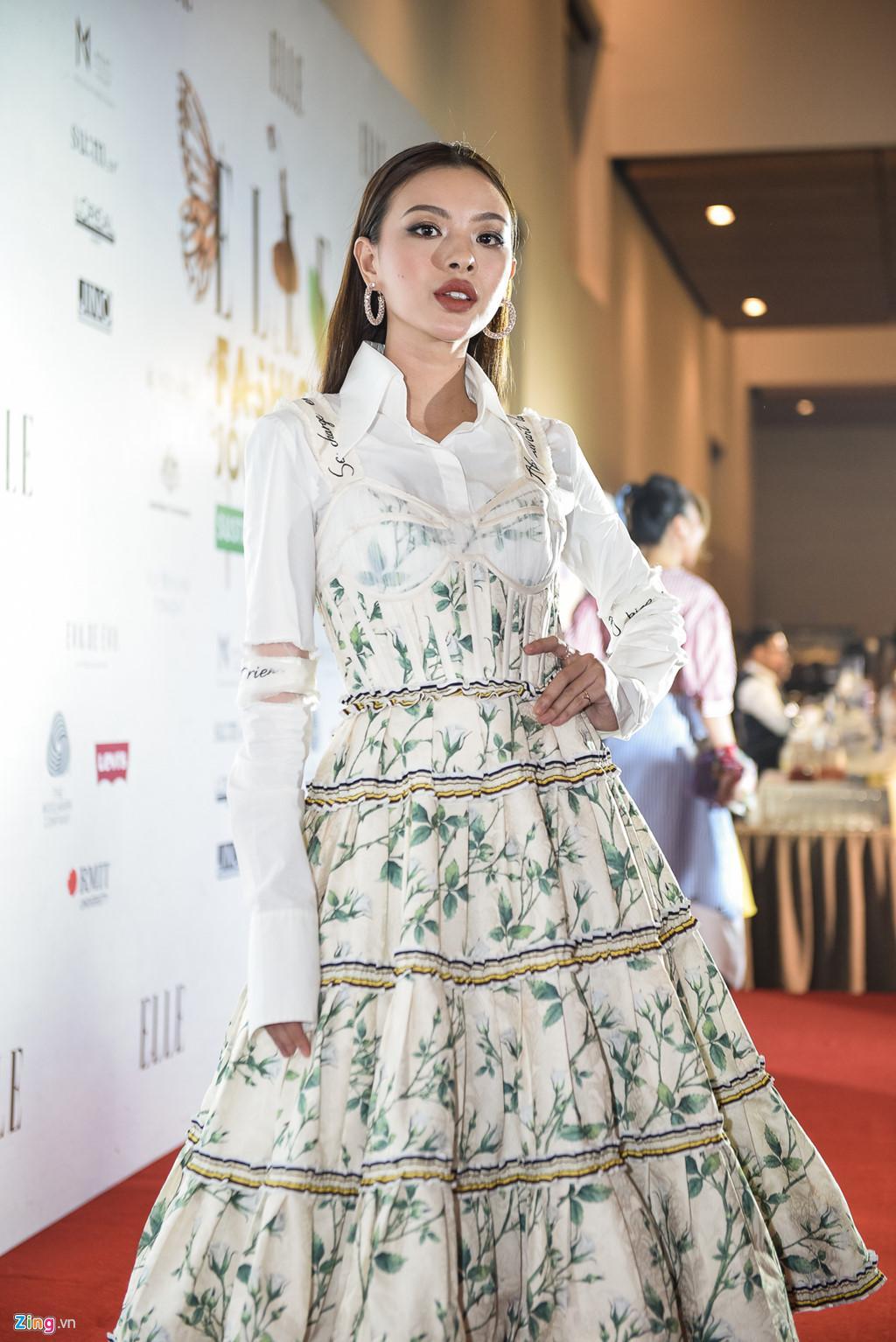 Đến cả nữ hoàng thảm đỏ Angela Phương Trinh cũng đụng hàng với Tú Hảo rồi!-3
