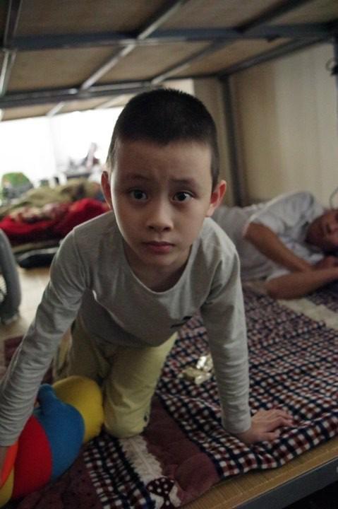 Hà Nội: Phát hiện bé trai khoảng 5 tuổi có dấu hiệu tự kỉ đi lạc-1