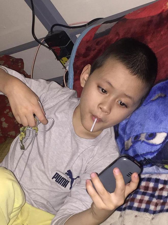 Hà Nội: Phát hiện bé trai khoảng 5 tuổi có dấu hiệu tự kỉ đi lạc-2
