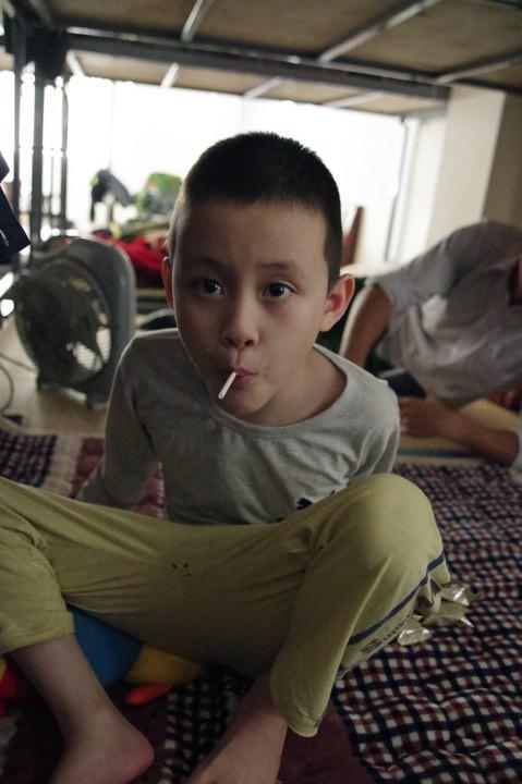 Hà Nội: Phát hiện bé trai khoảng 5 tuổi có dấu hiệu tự kỉ đi lạc-3