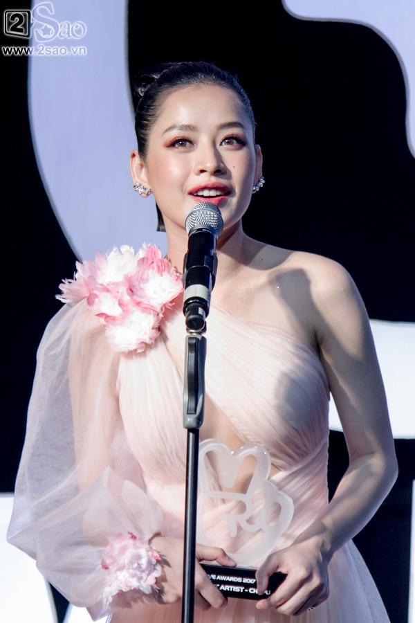 Hát live chênh phô, Chi Pu vẫn giành giải Ca sĩ đột phá của năm-6