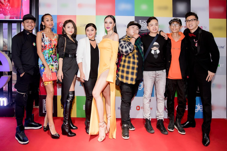 Angela Phương Trinh diện đầm xẻ bạo, hội ngộ dàn diễn viên Glee-7