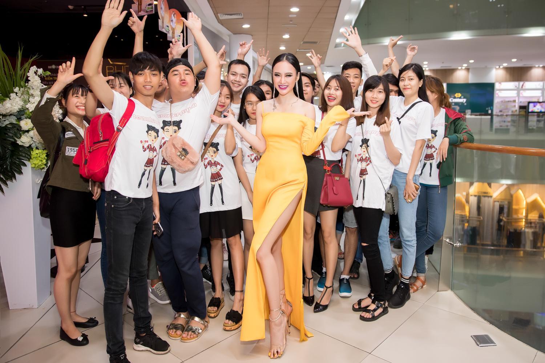 Angela Phương Trinh diện đầm xẻ bạo, hội ngộ dàn diễn viên Glee-5