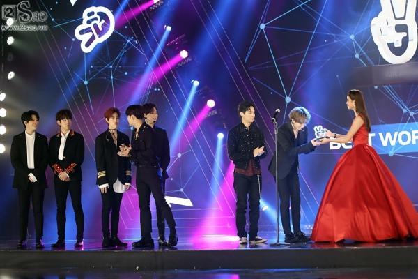 Phạm Hương bẽn lẽn bên Noo Phước Thịnh, vinh dự trao giải cho GOT7-8