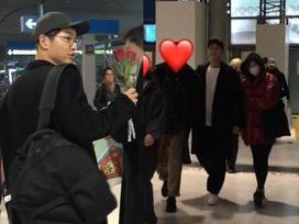 Song Joong Ki nắm chặt tay Song Hye Kyo, xuất hiện cực kỳ tình cảm tại sân bay