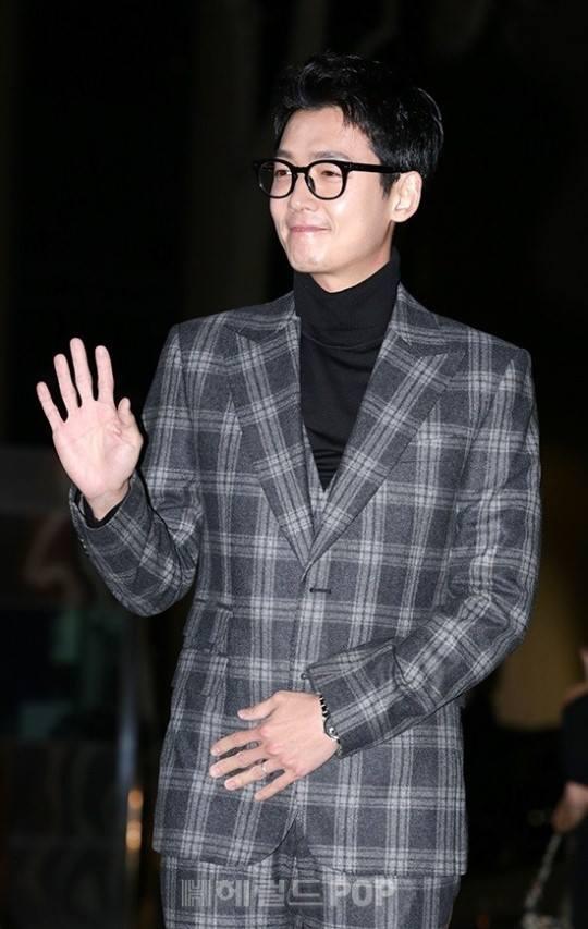 Sao Hàn 20/1: Bạn trai đeo nhẫn cưới, SNSD Soyoung sẽ sớm kết hôn?-1
