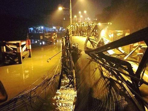 Vụ sập cầu ở Sài Gòn: Tạm giữ tài xế xe tải để điều tra