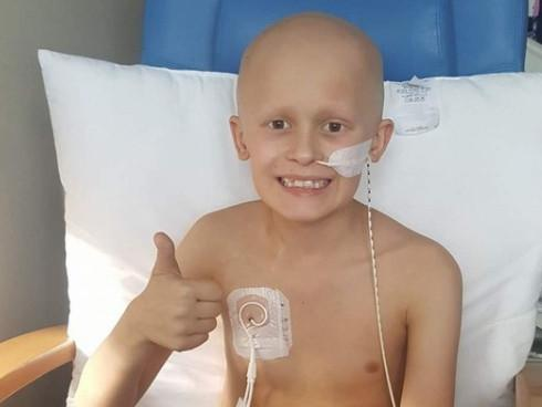 Cậu bé ung thư chiến đấu từng ngày để đón em gái chào đời