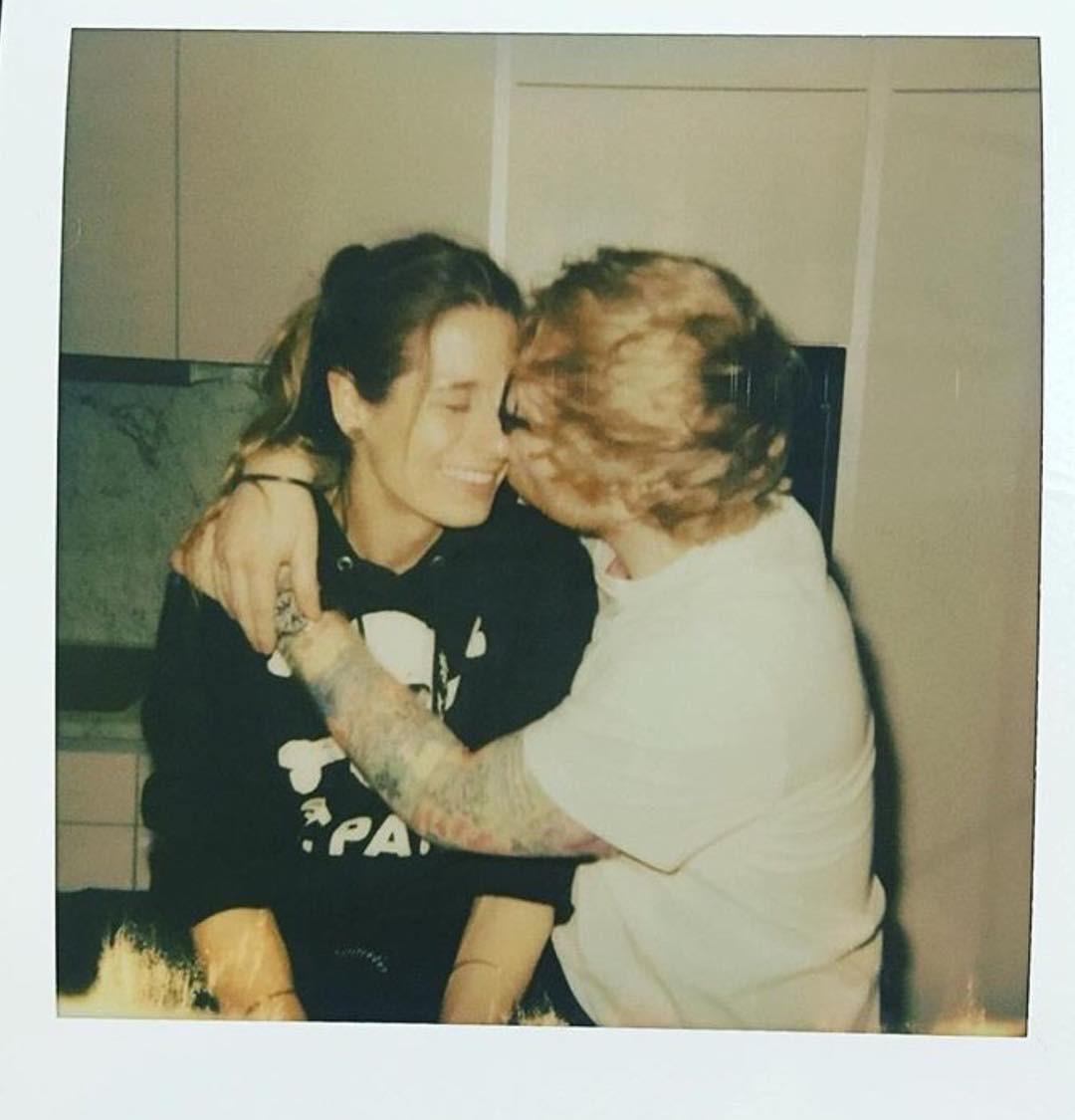 Chủ nhân hit Shape Of You Ed Sheeran đính hôn với người bạn thời thơ ấu-1