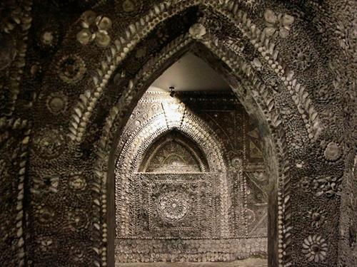 Hang động bí ẩn được trang trí bằng hàng triệu vỏ sò