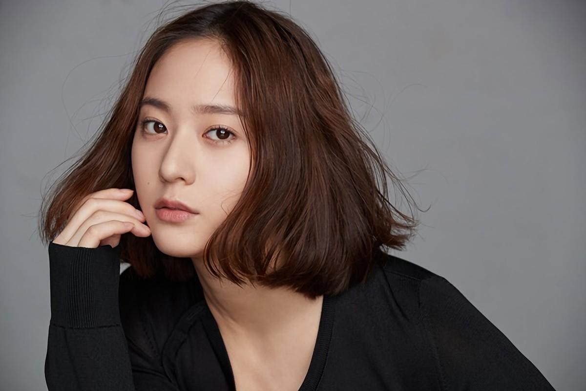 Krystal xin lỗi fan vì f(x) không thể trở lại quảng bá, lên tiếng bênh vực SM-1
