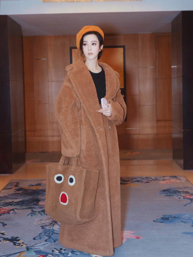 Đẳng cấp của Phạm Băng Băng: diện áo to sụ dài chấm gót, xách túi lông hoạt hình vẫn sang chảnh ngút trời-1