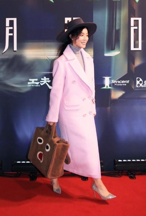 Đẳng cấp của Phạm Băng Băng: diện áo to sụ dài chấm gót, xách túi lông hoạt hình vẫn sang chảnh ngút trời-3