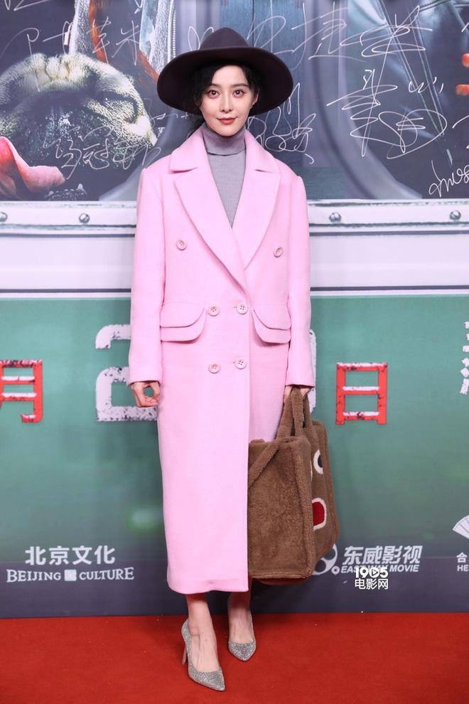 Đẳng cấp của Phạm Băng Băng: diện áo to sụ dài chấm gót, xách túi lông hoạt hình vẫn sang chảnh ngút trời-4