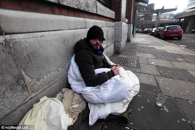Chàng trai vô gia cư dùng chiếc chăn duy nhất của mình giúp người lạ-2