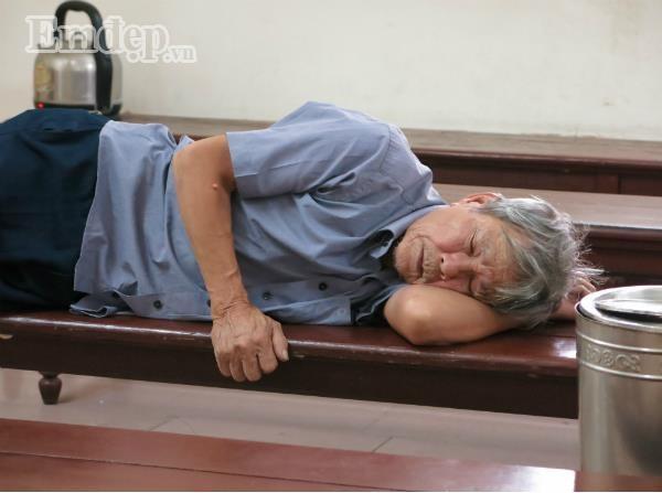 Cụ ông 79 tuổi làm chuyện đồi bại với cháu bé 3 tuổi vẫn đi lại bình thường trước phiên tòa xét xử sáng nay-1