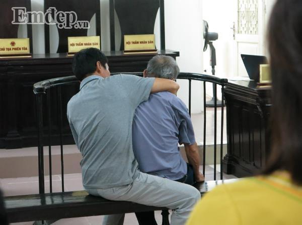 Cụ ông 79 tuổi làm chuyện đồi bại với cháu bé 3 tuổi vẫn đi lại bình thường trước phiên tòa xét xử sáng nay-2