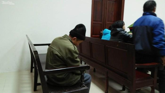 Cụ ông 79 tuổi làm chuyện đồi bại với cháu bé 3 tuổi vẫn đi lại bình thường trước phiên tòa xét xử sáng nay-3