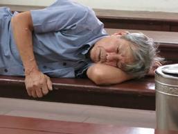 Cụ ông 79 tuổi làm chuyện đồi bại với cháu bé 3 tuổi vẫn đi lại bình thường trước phiên tòa xét xử sáng nay